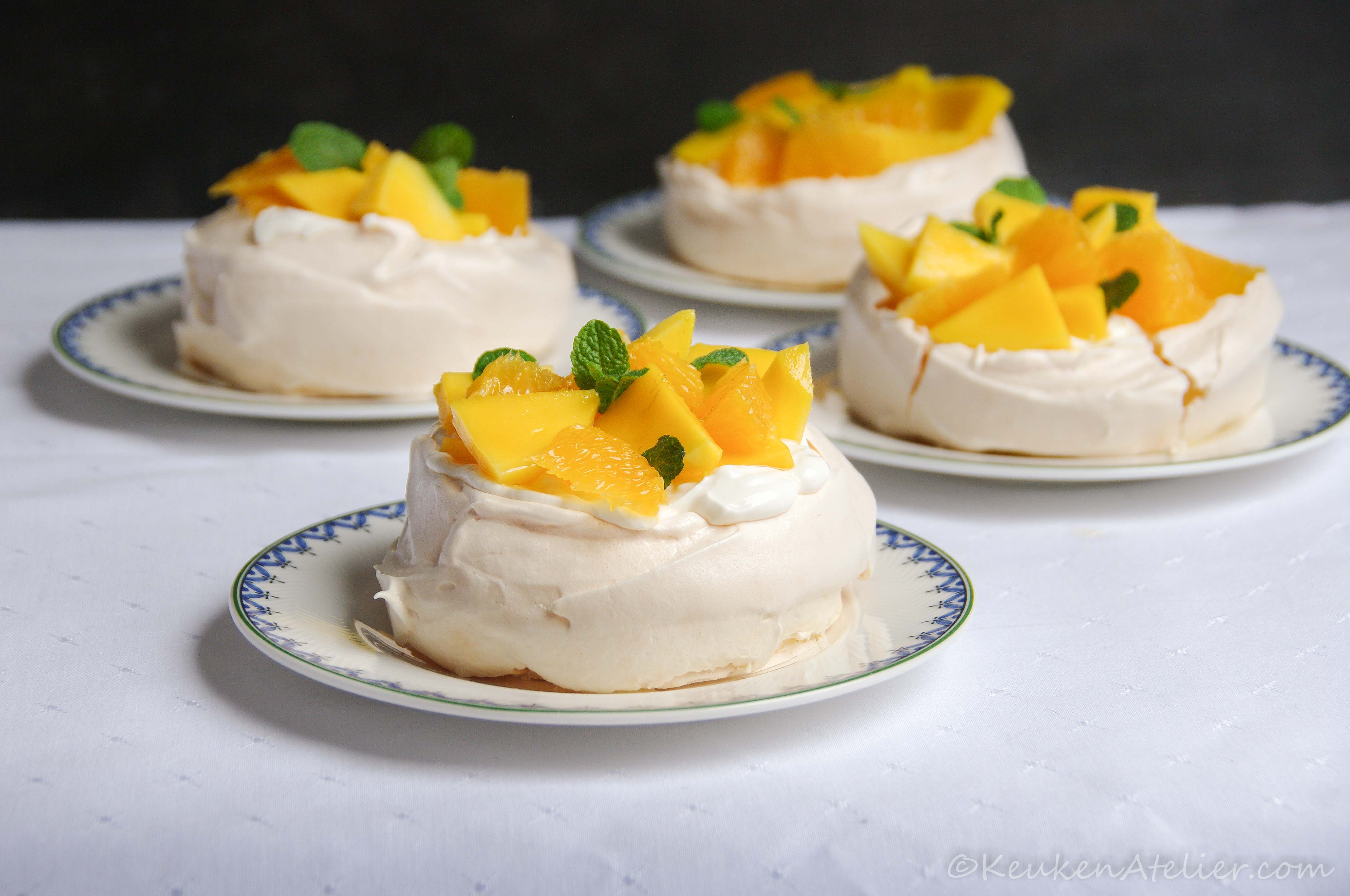 Mini pavlova's met mango en sinaasappel | KeukenAtelier.com