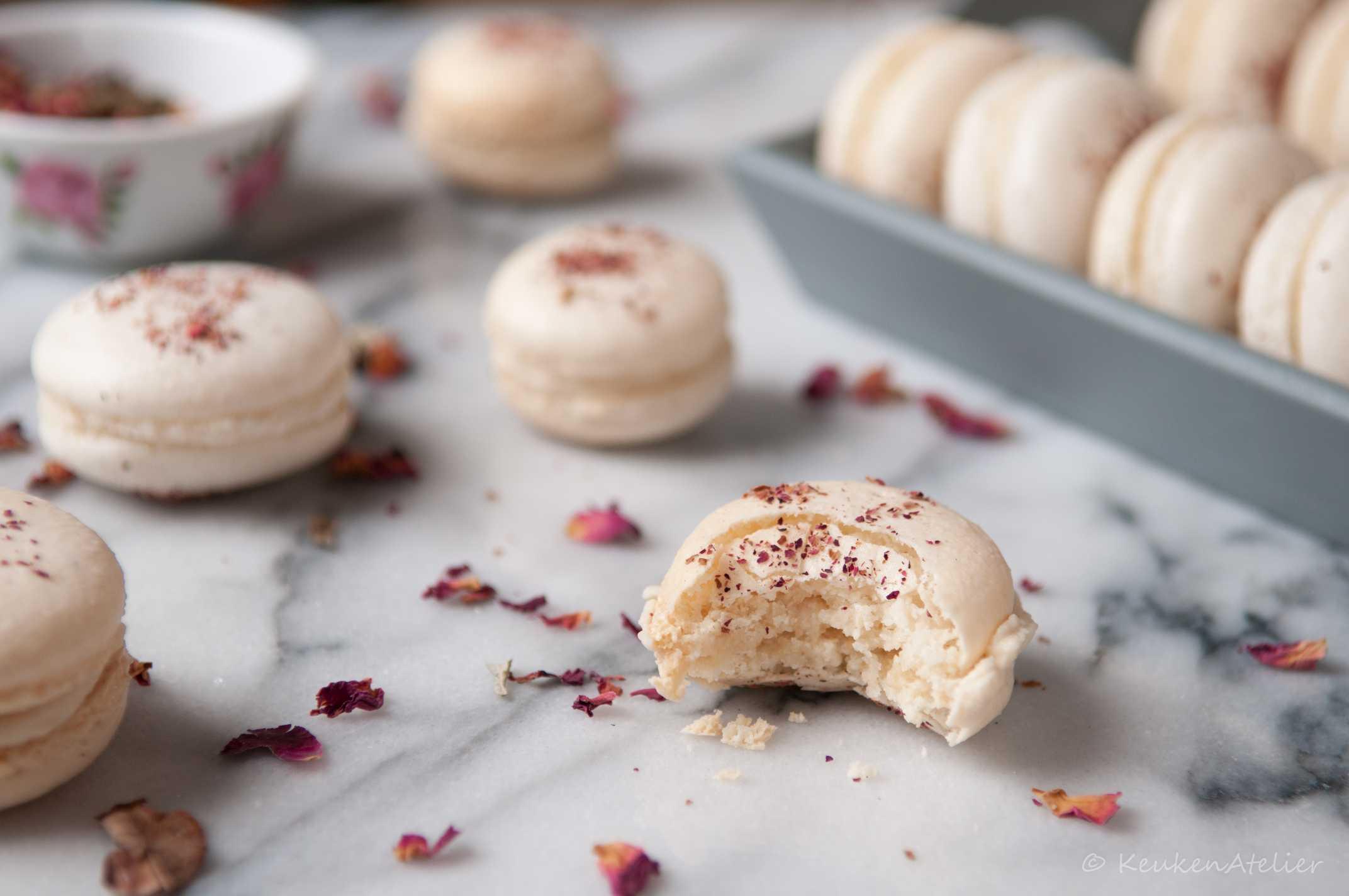 macaron met roos en granaatappel | KeukenAtelier