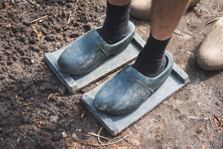 Klompen om de grond aan te stampen