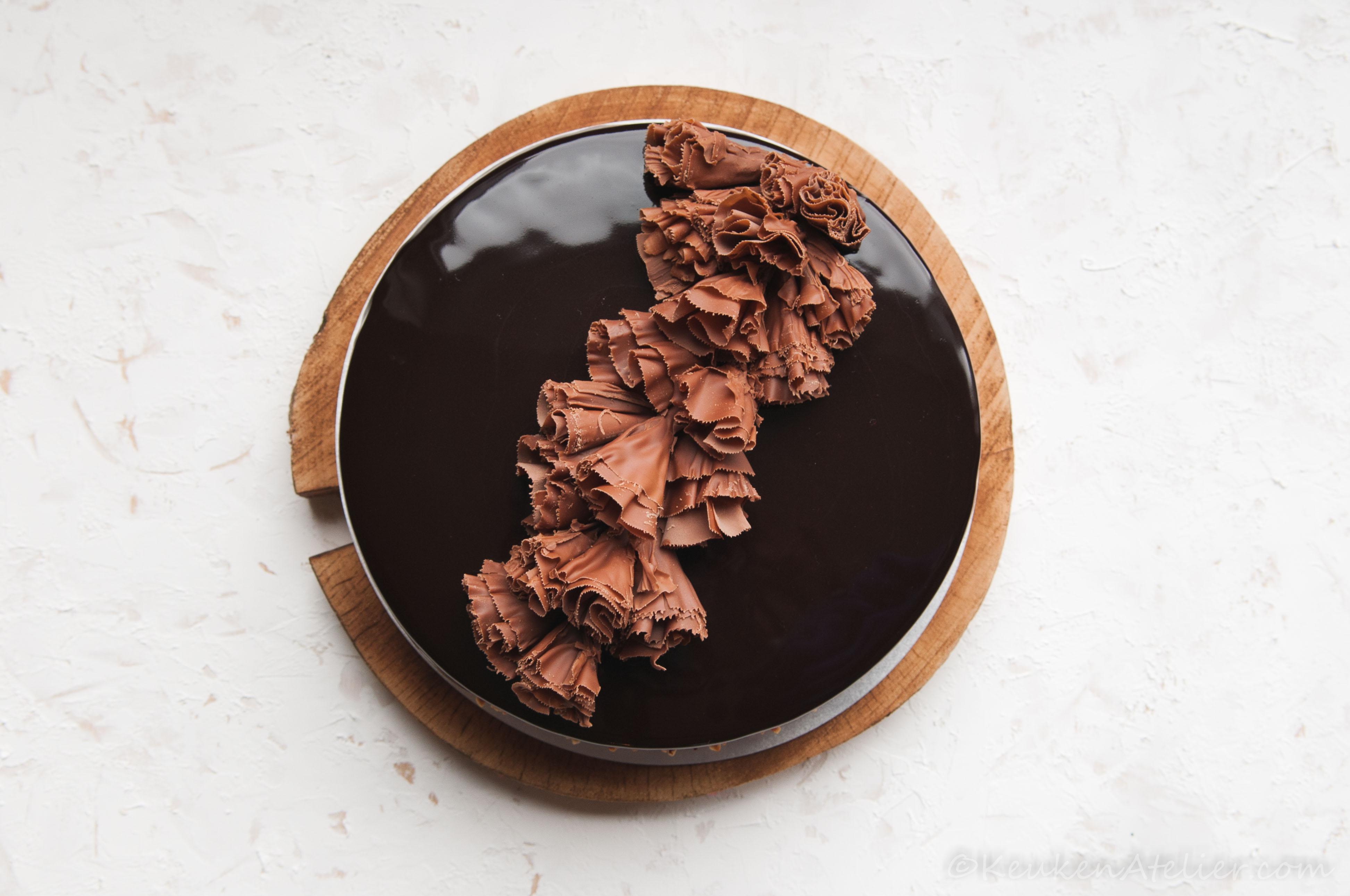 Mousse taart met chocolade spiegel en chocolade krullen KeukenAtelier.com