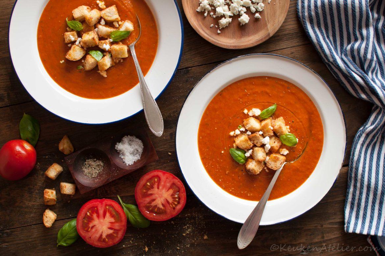 Tomatensoep met gekarameliseerde ui en gepofte knoflook