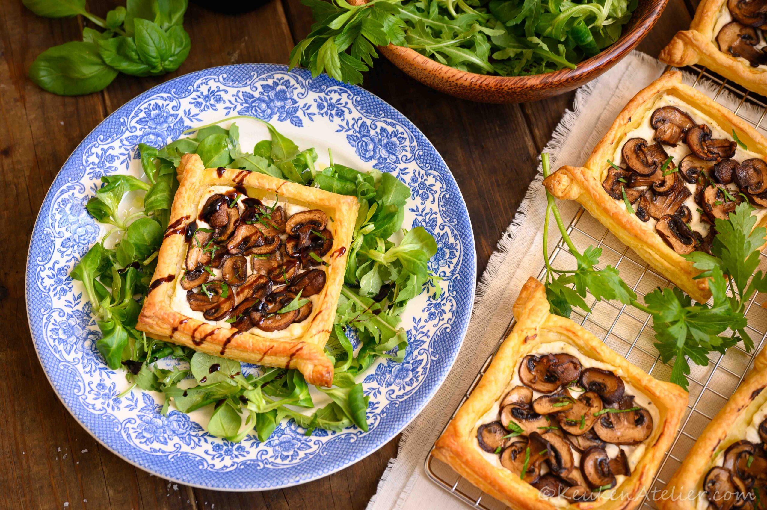 Mini plaattaartjes met champignons en kruidenkaas